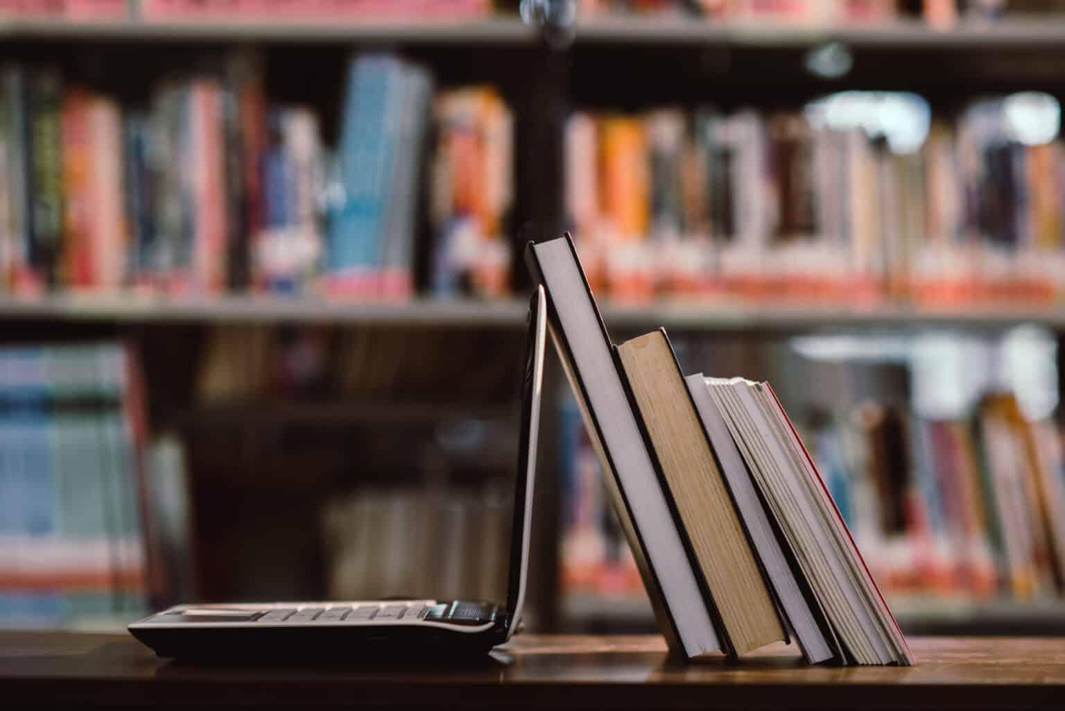illustration livres et ordinateur