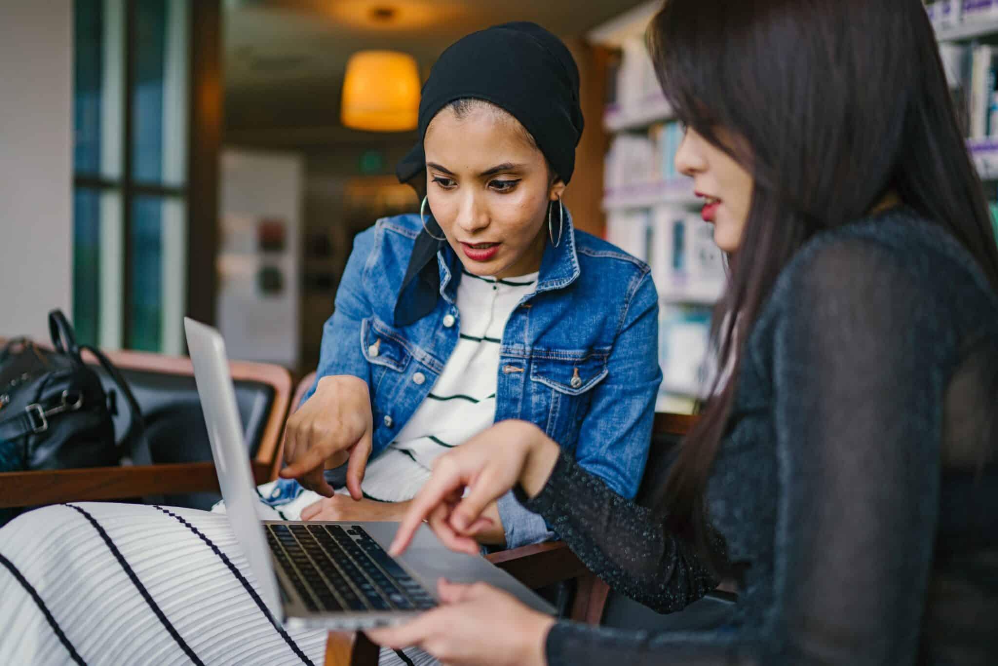 deux femmes occupées devant un ordinateur
