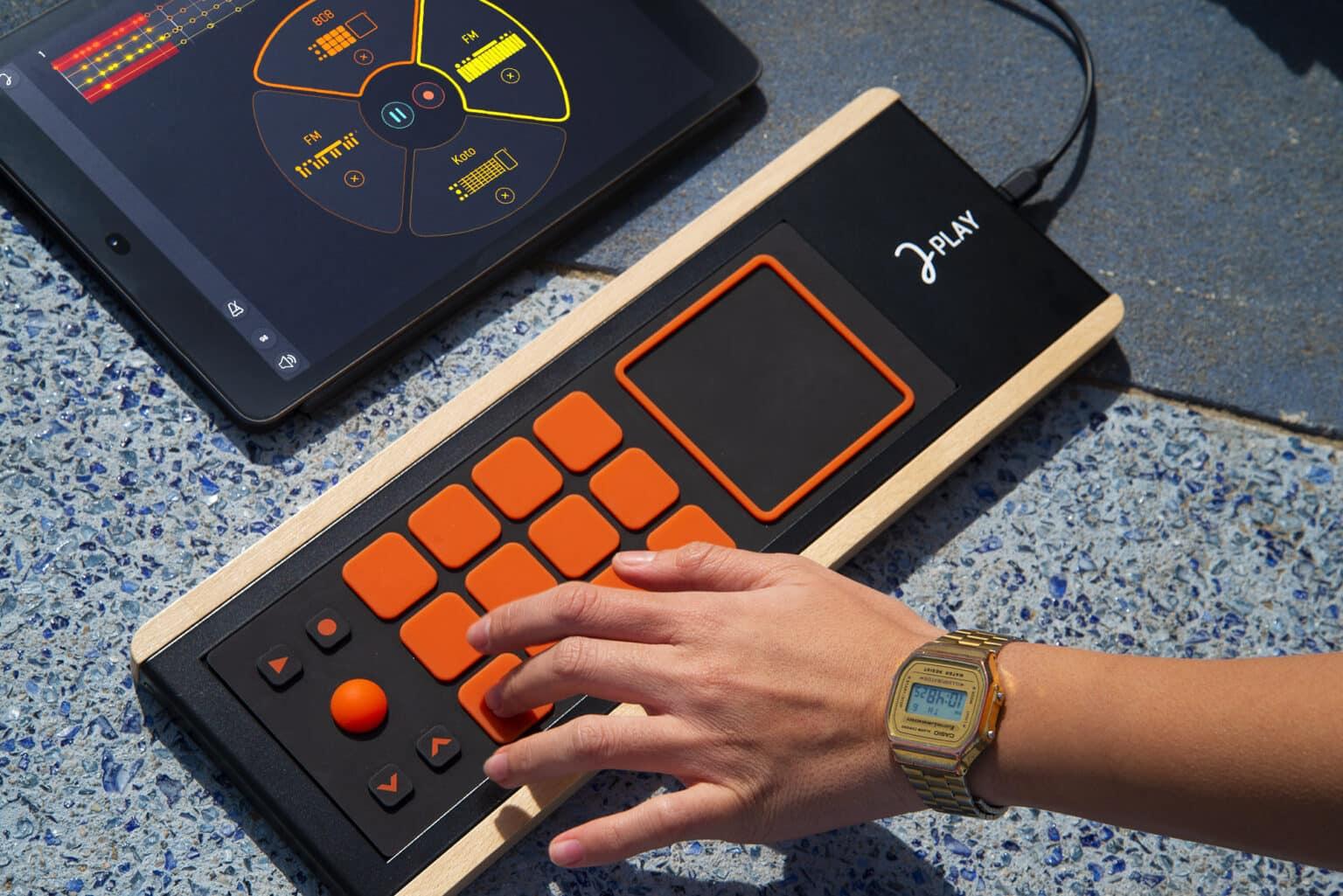 main jouant sur le play pad batterie du joué play