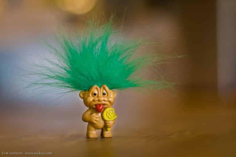 image d'un troll, petit personnage aux cheveux verts ébouriffés