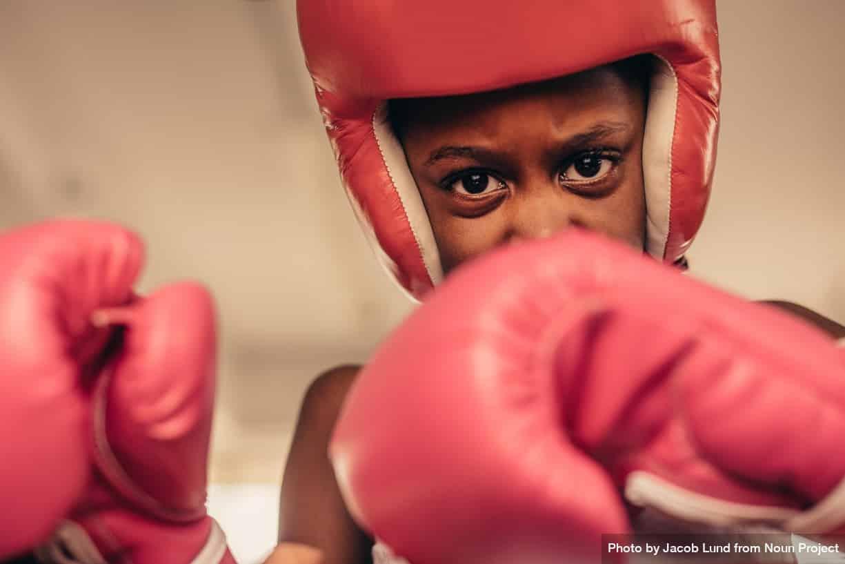 petite fille avec gants de boxe
